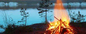 Orangefarbenes Feuer an tiefblauem See