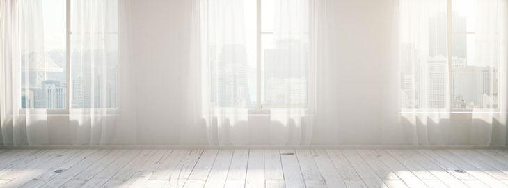 Weißer Raum mit drei Fenstern