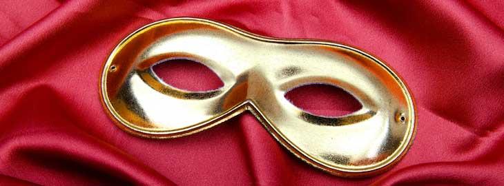 Goldene Maske auf rotem Satin